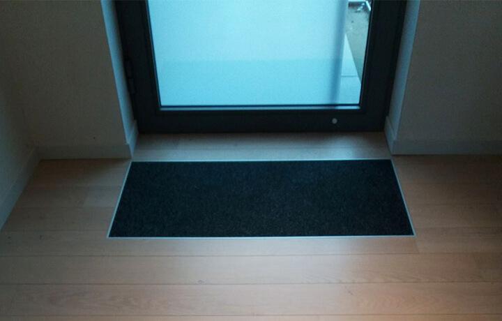 Parket met ingewerkte deurmat aan voordeur